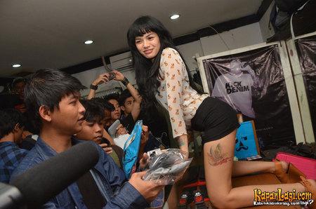 http://alamatkonyol.blogspot.com/2013/03/foto-dewasa-hot-artis-indonesia-nikita.html