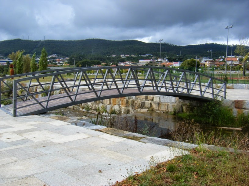 Ponte pedonal que atravessa o Rio Vigues