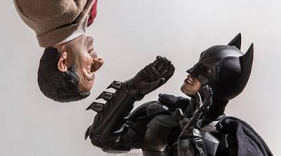 Ekspresi kaget Batman saat lihat Mr Bean. (boredpanda.com)