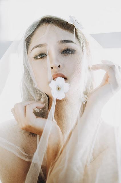 Trong bộ ảnh mới, Hoàng Anh làm cô dâu quyến rũ khi diện trang phục trắng sexy, đội khăn voan mơ màng.