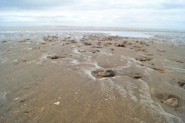 lapping-waves-pebbles