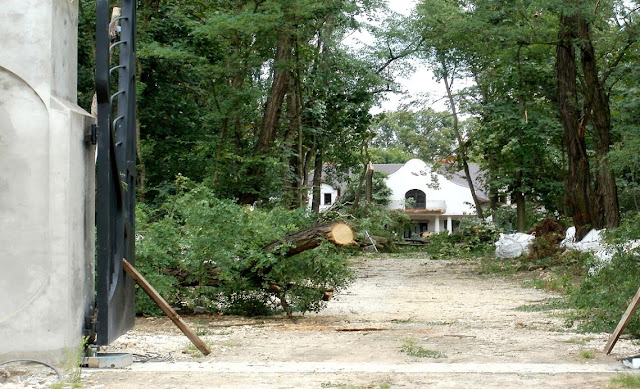 Giełzów, droga dojazdowa z widocznymi szkodami po wichurze w lipcu 2011 roku. Foto. Paweł Kałwiński
