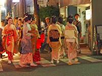 赤い提灯を手に祇園町一帯へ「おたのみ申します…」と挨拶した。