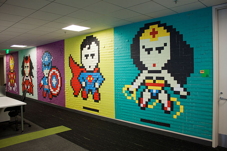 Empleados aburridos usaron 8024 Post-it para transformar su aburrida oficina