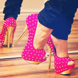 Mulher ficando alto com sapato de salto.