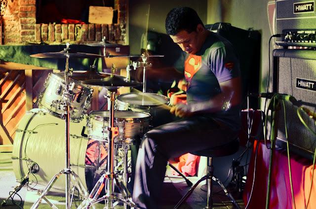 baterista en el monasterio