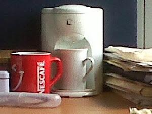 Cafetera con tazas