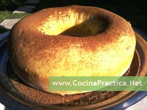 Torta Bizcochuelo tipo budín decorándose con polvo de cacao