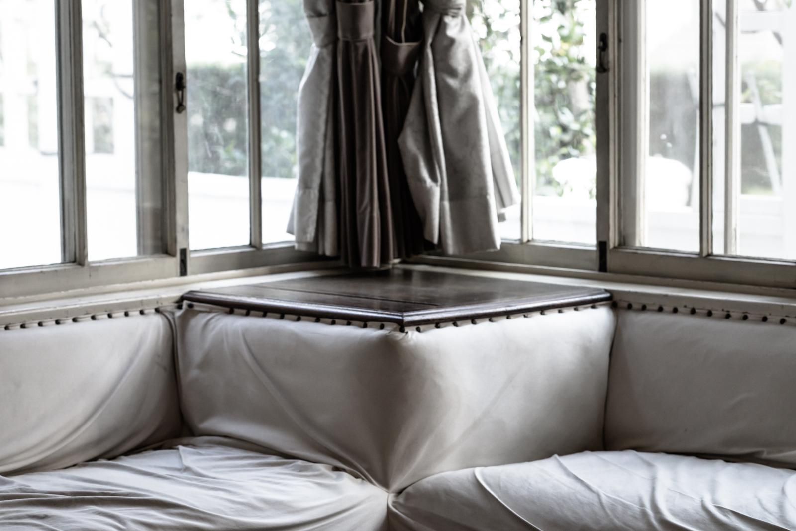 光が綺麗な窓辺とソファーの写真