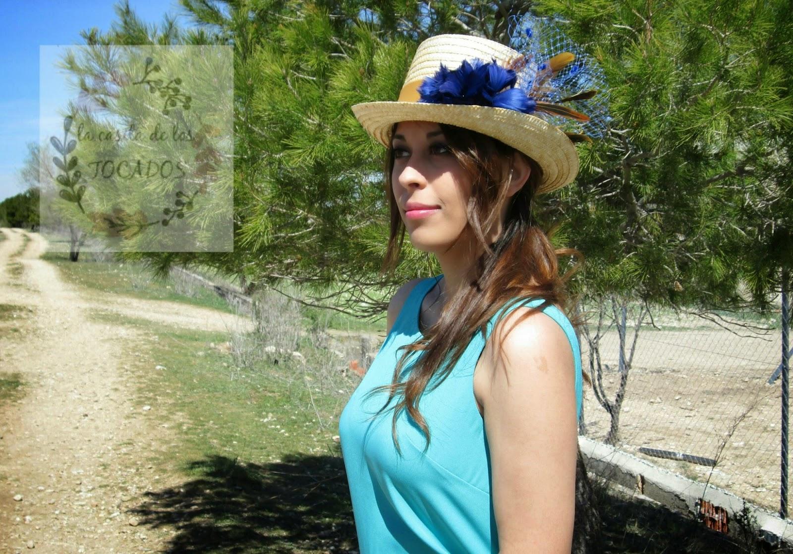Chistera Dafne con flor de plumas en azulón combinada con vestido color azul turquesa