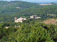 En primer terme el mas de Rocabruna i al seu darrere el de Rocafort