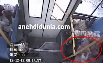 Tertangkap CCTV Wanita Melahirkan Di Bis