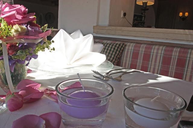 Schwimmkerzen in weiß und lila, Hochzeitstisch