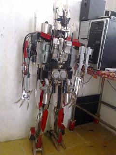 http://1.bp.blogspot.com/-NzNzBF6rOec/TtfjlkihaOI/AAAAAAAAAfw/D3bHCfkJEjk/s320/Un-hombre-chino-ha-construido-su-propio-Starscream.jpg