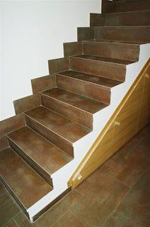 Escalera antes de poner la nueva barandilla de forja