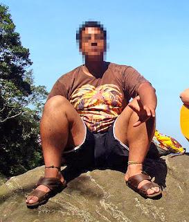 Homem usando chinelos de couro slide da Free Way