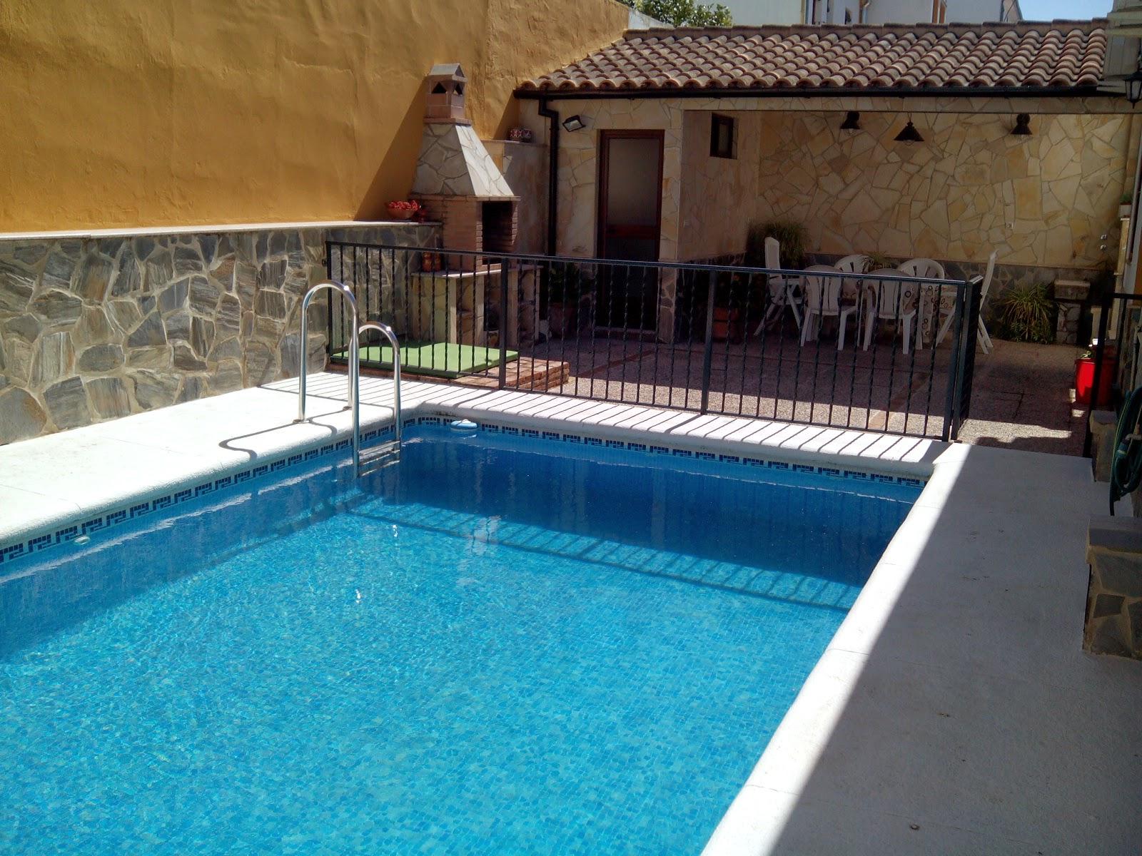Casas con porche y piscina ucel juego de desniveles las for Piscina delfin madrid
