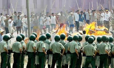 China: trabajadores migrantes se enfrentan a la policía Article-2165926-0053489400000258-391_638x398