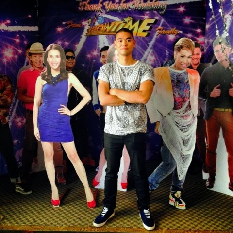 Jay-Ar with It's Showtime hosts