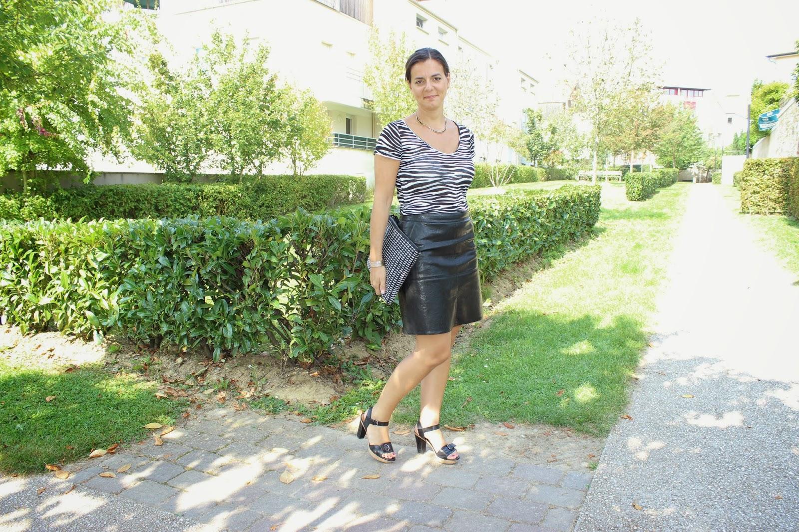 Top naf naf zébre, jupe cuir Zara, pochette suncoo, chaussures geox