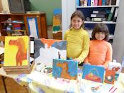A Catarina e a Ana no cantinho da pintura.