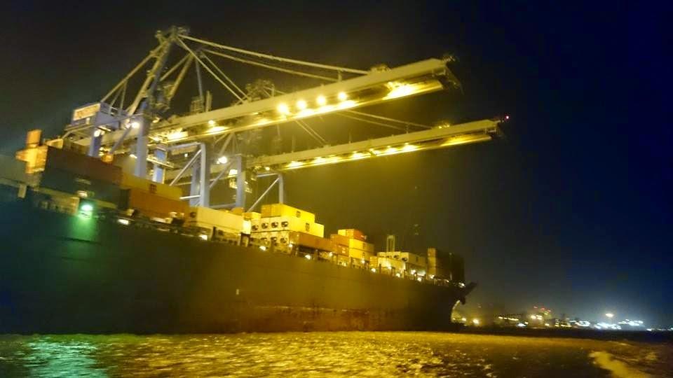 Navio Descarregando no Porto