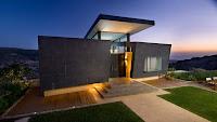 foto de fachada de casa moderna color oscuro