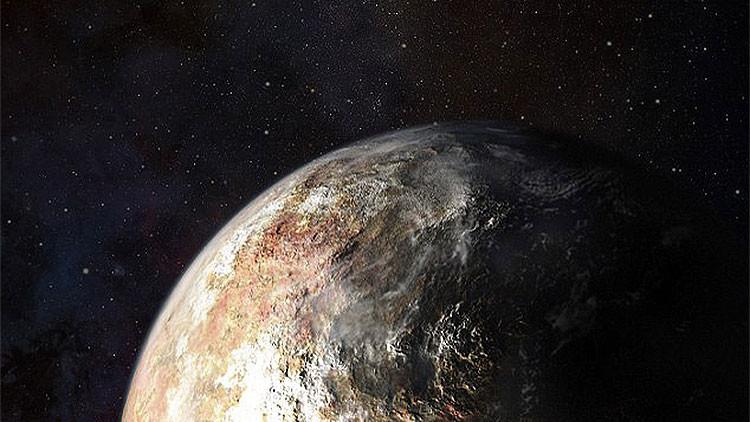 Detalles de la superficie de Plutón, donde se aprecian manchas de unos quinientos kilómetros