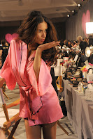 Adriana Lima send s a kiss to photographers