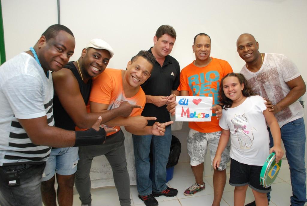 Prefeito Arlei e a pequena fã Olívia com os integrantes do Grupo Molejo, em Bonsucesso