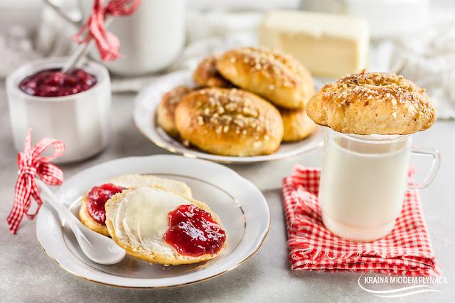 domowe bułeczki maślane, bułeczki mleczne, bułki maślane, bułki mleczne, bułki z mlekiem w proszku, bułki na słodko, słodkie bułki śniadaniowe, bułeczki na śniadanie, drożdżowe bułeczki, bułki na drożdżach, pieczywo maślane, pieczywo z masłem, pieczywo z mlekiem w proszku, mleko w proszku, kraina miodem płynąca