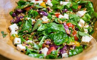 Salada de trigo mediterrânea light
