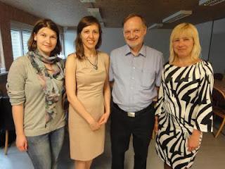 La Russe Anastasia Savina, l'Ukrainienne Tatiana Kostiuk et la Bosniaque Elena Boric entourent l'organisateur autrichien Johann Pöcksteiner du fort tournoi fermé de Vienne © Chess & Strategy