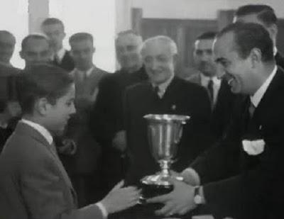 Arturito Pomar, recibiendo el trofeo de Campeón de España de Ajedrez en 19946