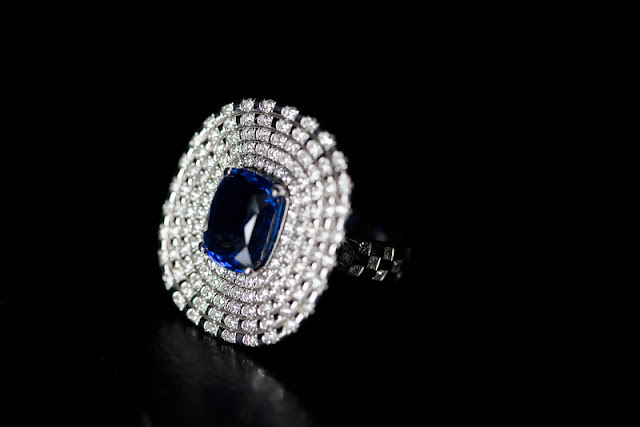 Ring with diamonds and sapphires cushion cut blue