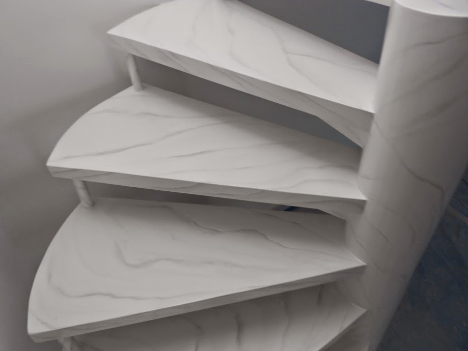 Escada Branca com acabamento marmorizado
