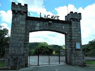 Entrada do Chateau Lacave, em Ana Rech, Caxias do Sul. Pórtico em forma de pequenas torres e portão de ferro.