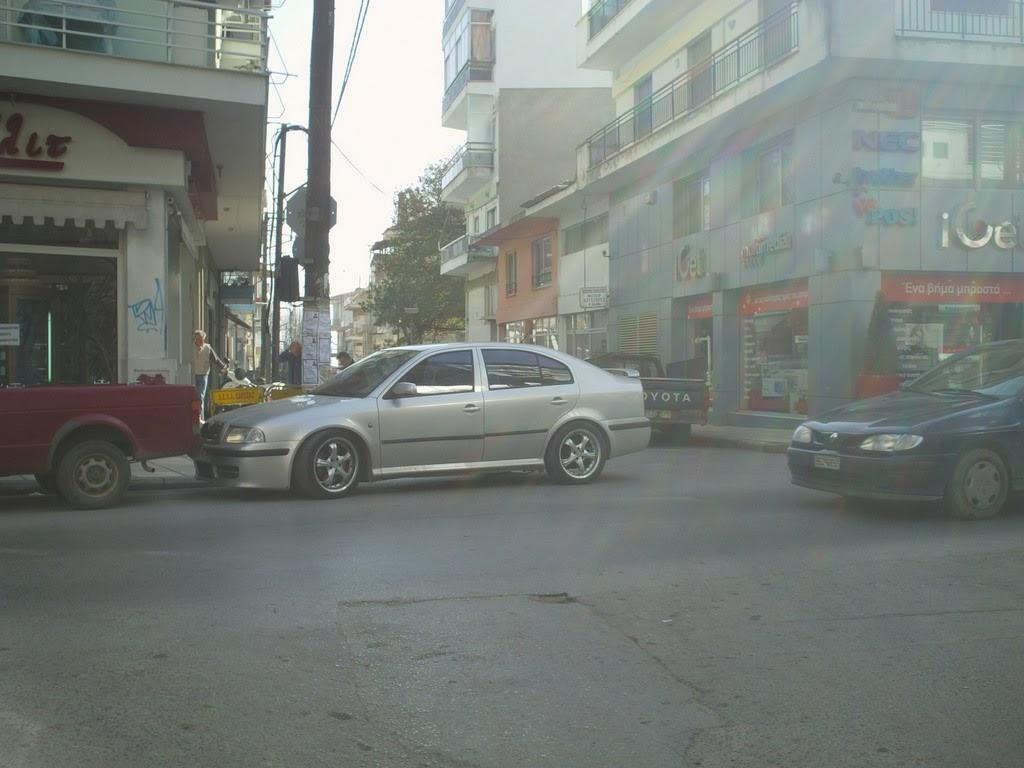 Μισό αυτοκίνητο στη στροφή και το άλλο μισό στο δρόμο