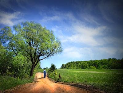 Caminos rurales y verdes paisajes a las orillas de la ciudad