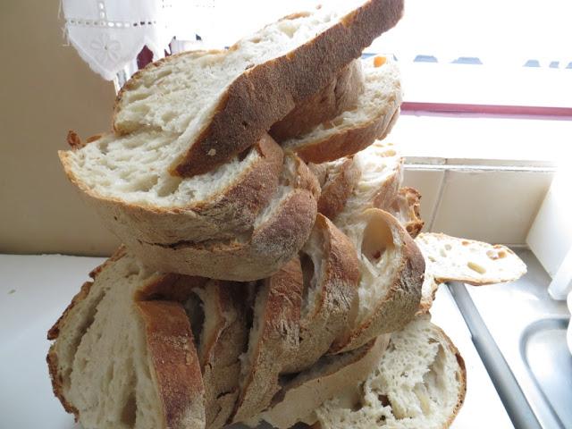 Fotografia do Pão distribuido no Domingo do Bodo nas Festas do Espírito Santo. Pão fatiado para servir no almoço de família