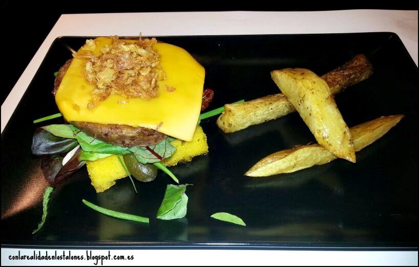 Copenhagen Valencia - La hamburguesa como homenaje al barrio de Russafa. La base de polenta sobre la que se asienta y el queso gouda vegano.