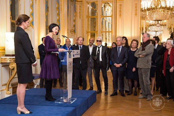 That award was presented by Fleur Pellerin, Minister of Culture and Communication of France to Princess Caroline. Princess Caroline has been deemed worthy of that award because of her support to young designers and also activities of Prince Pierre Foundation. The award ceremony was attended by children of Princess Caroline, namely, Andrea Casiraghi, Charlotte Casiraghi, Pierre Casiraghi and Princess Alexandra of Hanover and also fashion designers Karl Lagerfeld, Christian Louboutin and French actor Guillame Gallienne.