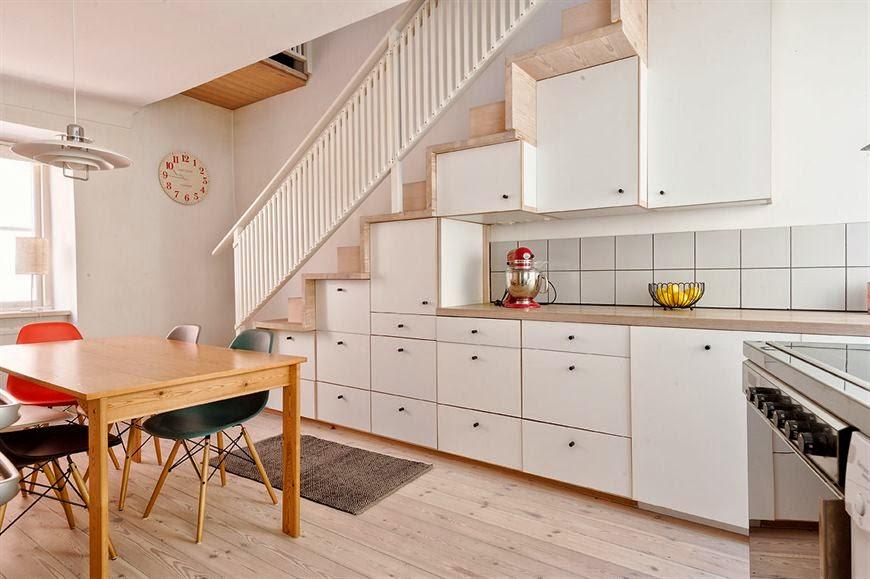 Living y cocina con escalera for Escaleras cocinas pequenas