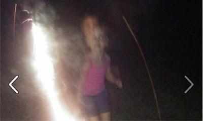 niño fantasma en foto con niña y luz de bengala
