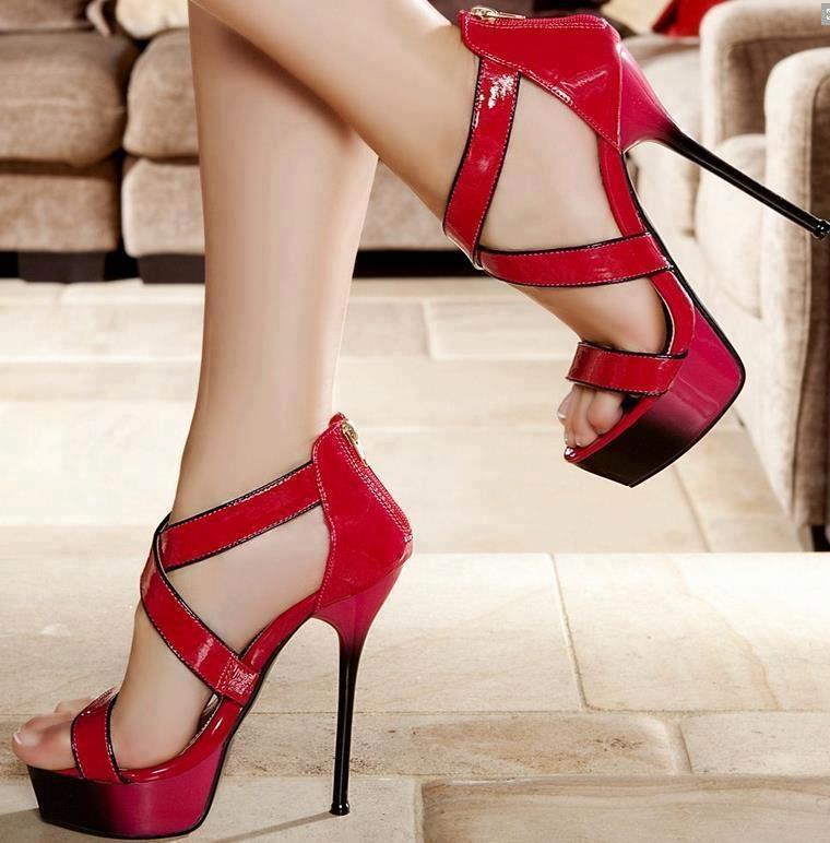 Kırmızı çapraz modelli zarif bir ayakkabı
