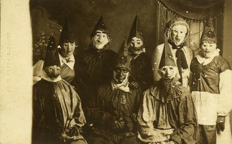 fotografia antigua de un grupo de disfrazados en halloween