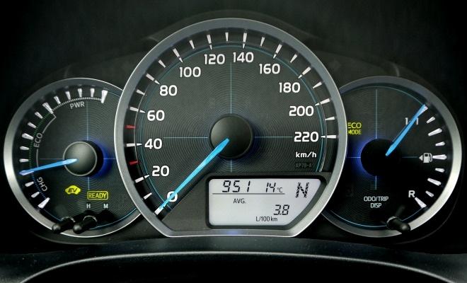 Toyota Yaris Hybrid instrument pane