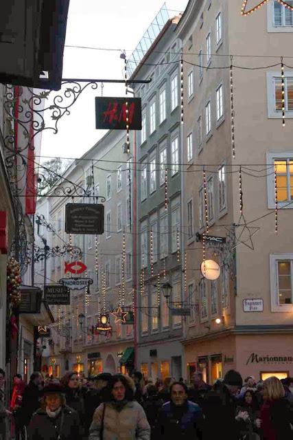 Vorweihnachtliche Getümmel in der Getreidegasse in Salzburg © Copyright Monika Fuchs, TravelWorldOnline