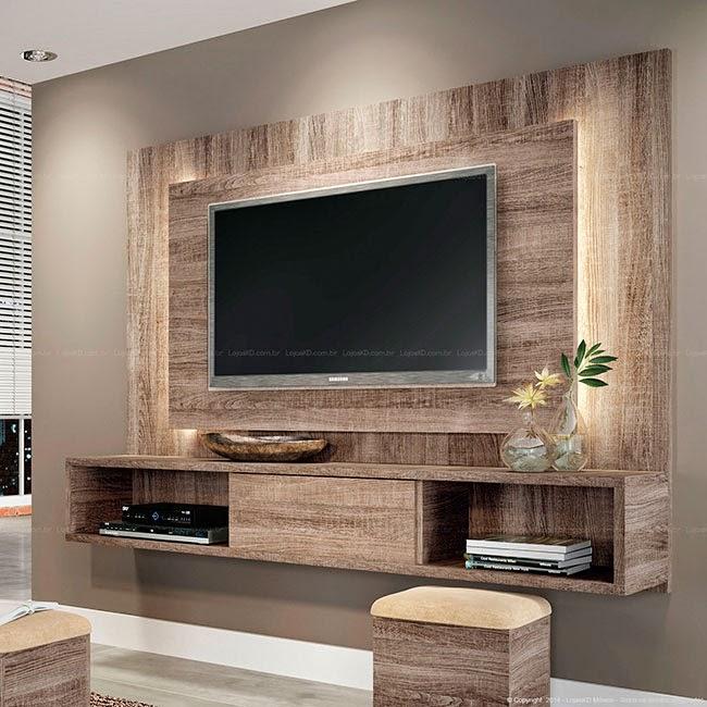 Essa parede ganha um grande painel em madeira para decorar o ambiente