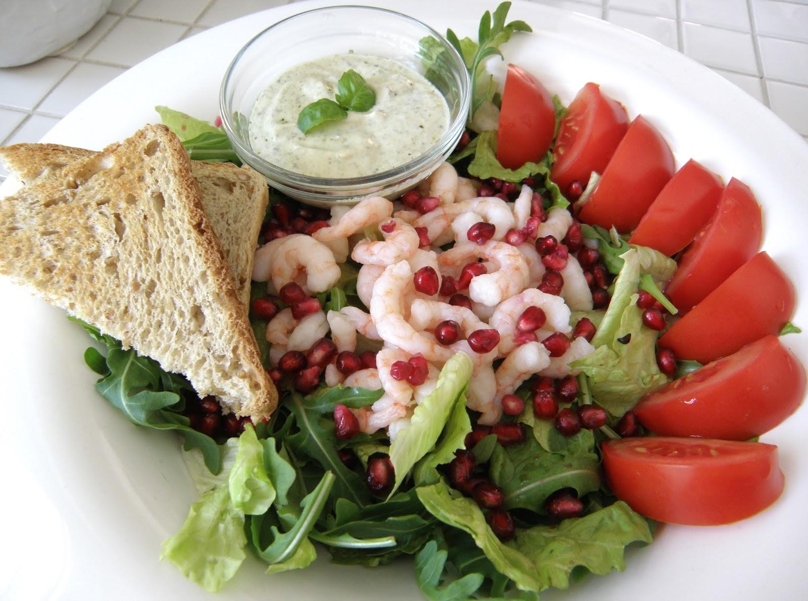 Strikkefåret Salat Med Rejer Og Granatæble